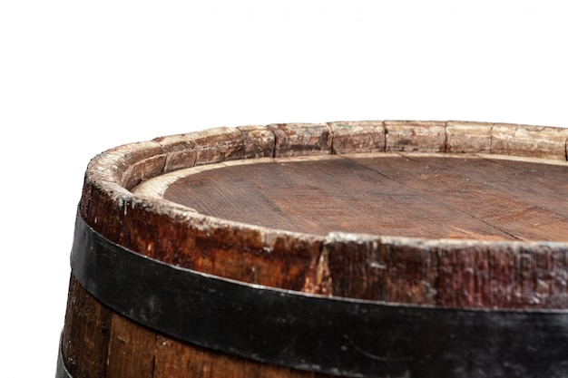 Drewniana beczka z żelaznymi pierścieniami