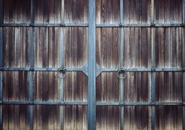 Drewniana brama z metalową kratą, w stylu vintage, tło