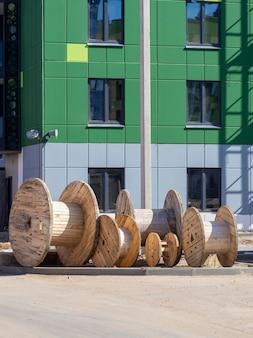 Drewniana cewka na kabel elektryczny na budowie przemysłowej.