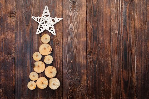 Drewniana choinka i gwiazda na drewnianej powierzchni