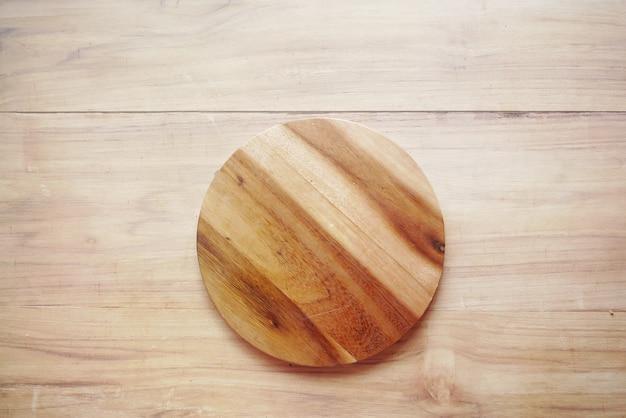 Drewniana deska do krojenia na stole od góry do dołu