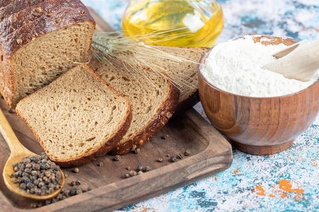 Drewniana deska do krojenia z kromkami chleba.