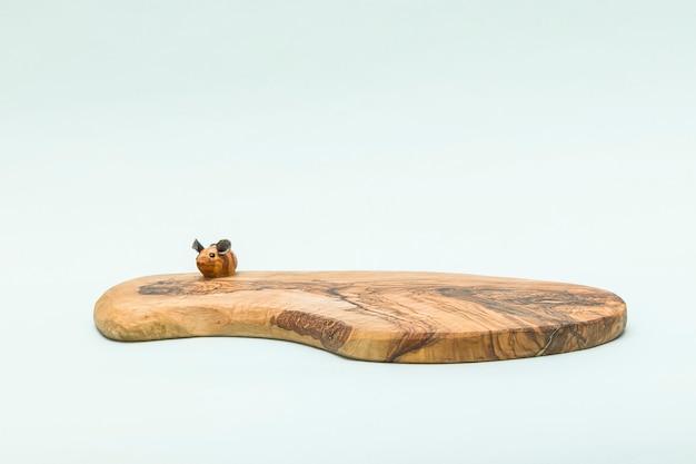 Drewniana deska do krojenia z piękną teksturą drewna oliwnego.