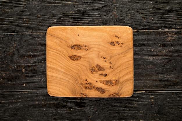 Drewniana deska makieta na ciemnym drewnianym tle