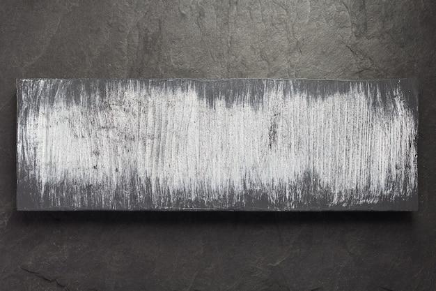Drewniana deska na tle kamienia łupkowego, widok z góry