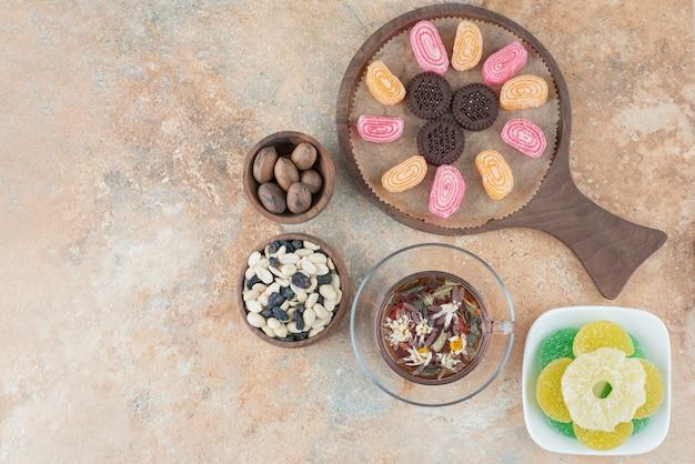 Drewniana deska pełna marmolady i ciastek