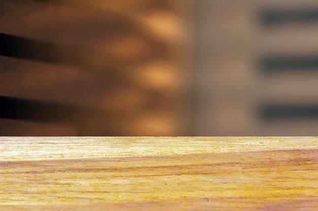 Drewniana deska pusty stół przed miękkim brązowym abstrakcyjnym tłem do wyświetlania produktu