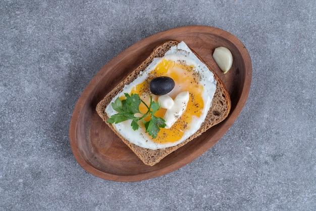 Drewniana deska pysznych tostów z gotowanym jajkiem. wysokiej jakości zdjęcie