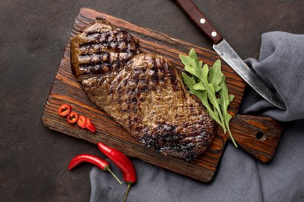 Drewniana deska z grillowanym mięsem
