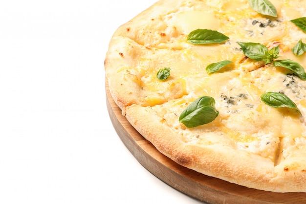 Drewniana deska z serową pizzą odizolowywającą na białym tle
