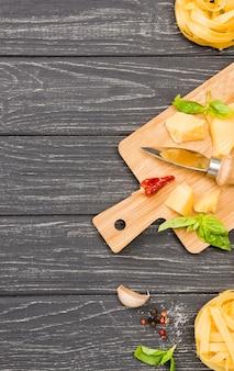 Drewniana deska ze składnikami na makaron