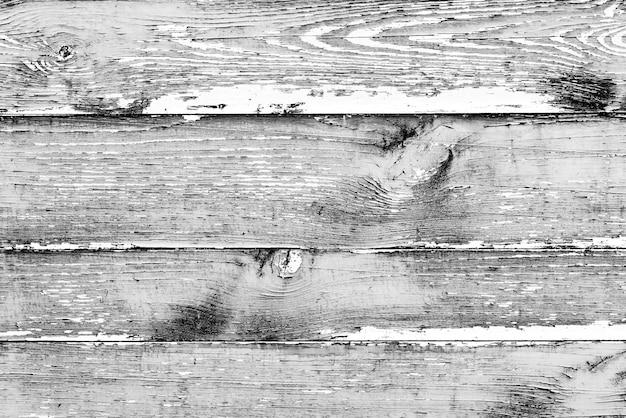Drewniana faktura w kolorze szarym z zadrapaniami i pęknięciami, która może służyć jako tło