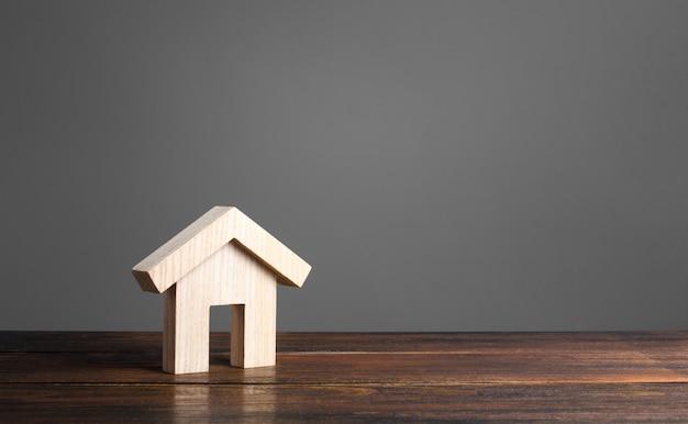 Drewniana figura domu. architektura nowoczesna. hipoteka.