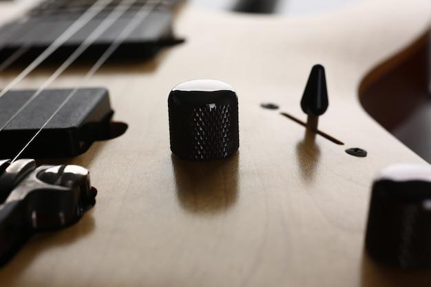 Drewniana gitara elektryczna o klasycznym kształcie z szyjką z drzewa różanego