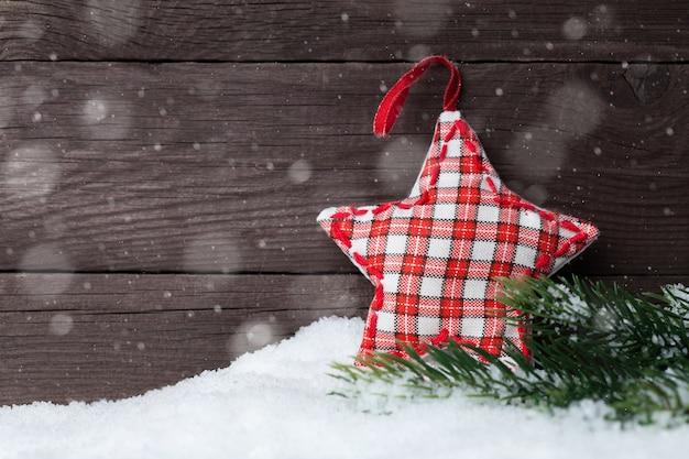 Drewniana gwiazda bożonarodzeniowa na ścianie z ciemnego drewna