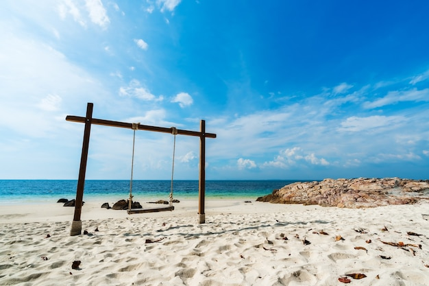 Drewniana huśtawka na plaży na wyspie koh munnork, rayong, tajlandia