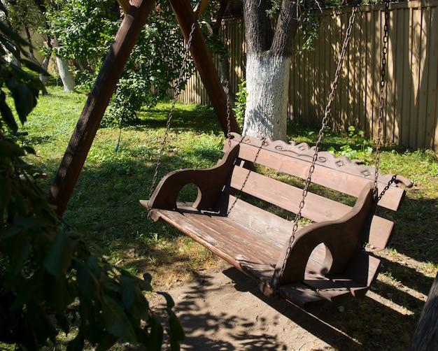 Drewniana huśtawka ogrodowa w parku