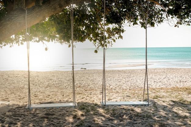 Drewniana huśtawka pod drzewem na plaży