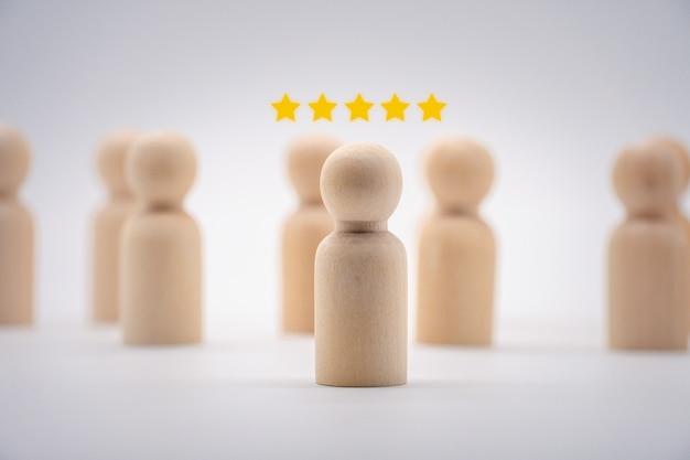 Drewniana ikona człowieka z gwiazdką. koncepcja oceny klientów i rankingu klientów.