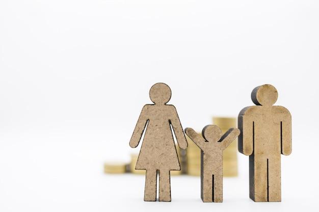 Drewniana ikona rodziny przed stos złotych monet na białym tle