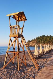 Drewniana kabina plażowa dla straży przybrzeżnej. ekscytujące niebo