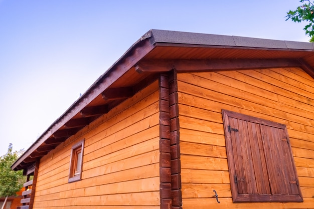 Drewniana kabina z zamkniętymi oknami.
