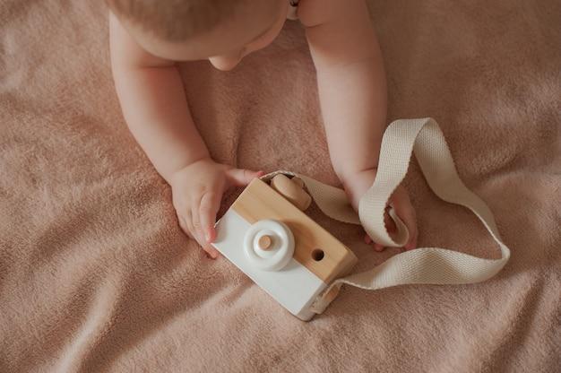 Drewniana kamera zabawka w rękach dziecka