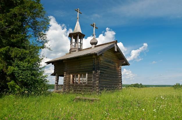 Drewniana kaplica aleksandra newskiego, kenozerye. region archangielsk, rosja