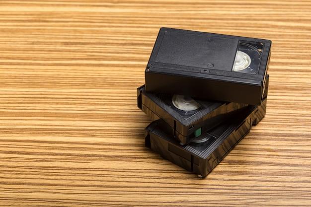 Drewniana kaseta z taśmą wideo