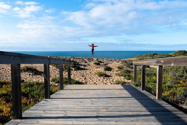 Drewniana kładka prowadząca do brzegu. słoneczny dzień.