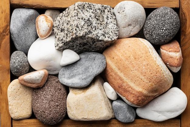 Drewniana kokardka z kamieniami