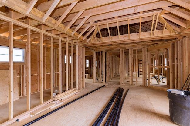 Drewniana konstrukcja szkieletowa nowego domu mieszkalnego i rura spustowa z tworzywa sztucznego pvc