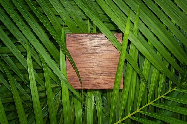 Drewniana kopia przestrzeń z powierzchnią liści palmowych. naturalne tło
