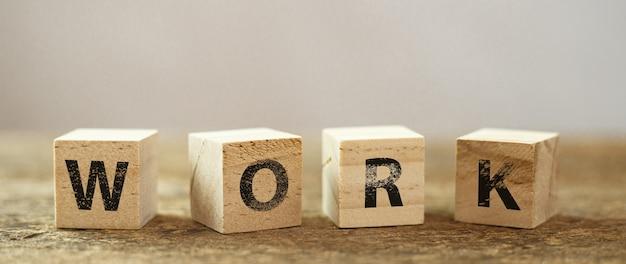 Drewniana kostka blokowa z tekstem alfabetu
