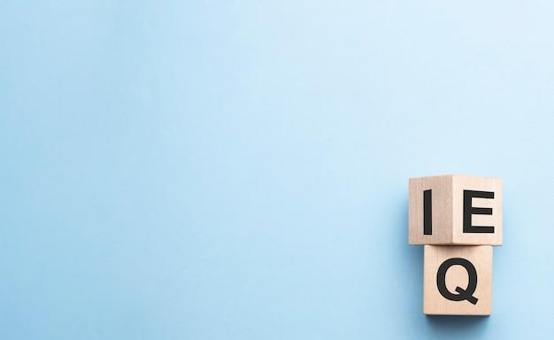 Drewniana kostka wyrażenie iloraz inteligencji iq do eq iloraz inteligencji emocjonalnej