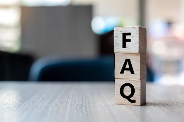 Drewniana kostka z tekstem faq (często zadawane pytania)