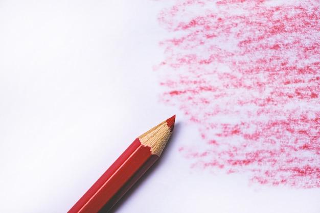 Drewniana kredka tekstura z cyjan czerwonymi rysunkami na białym papierze
