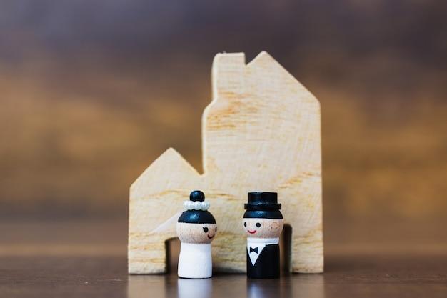 Drewniana lala z szczęśliwą twarzą na drewnianym tle