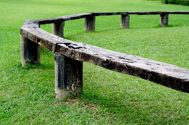 Drewniana ławka konferencyjna w ogrodzie,