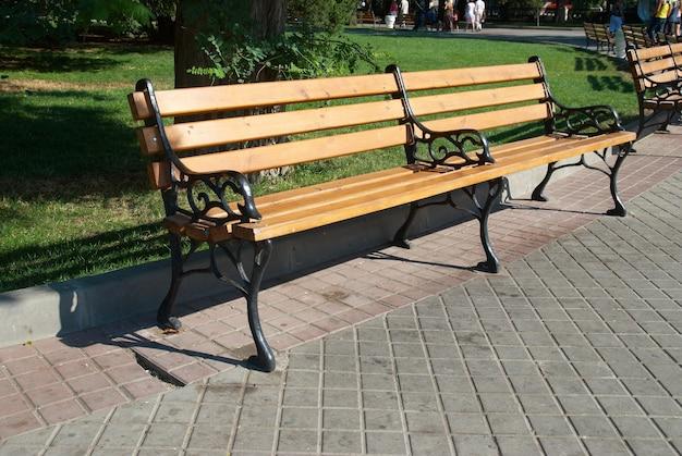 Drewniana ławka w parku z zieloną trawą