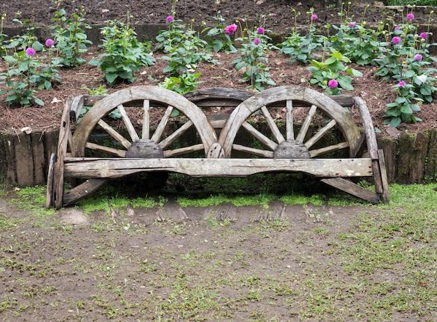 Drewniana ławka wykonana ze starego koła wózka.