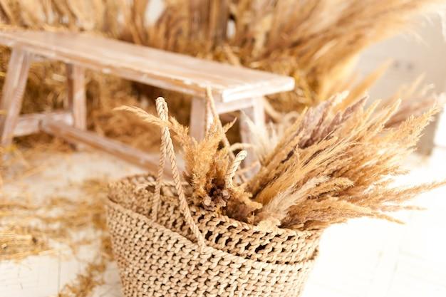 Drewniana ławka z suchym sianem we wnętrzu