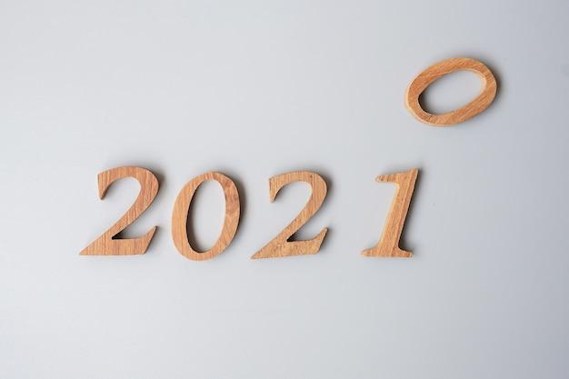 Drewniana liczba 2020 zmiana na 2021