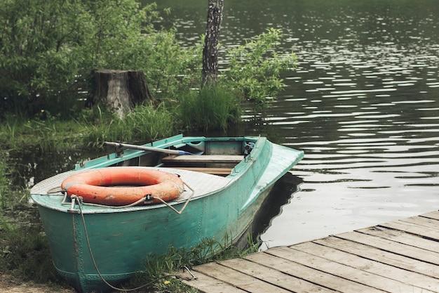 Drewniana łódź na rzece