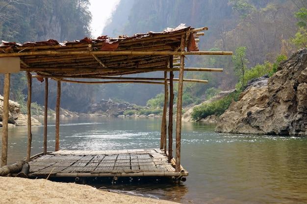 Drewniana łódź pływająca na powierzchni wody w atrakcjach turystycznych.