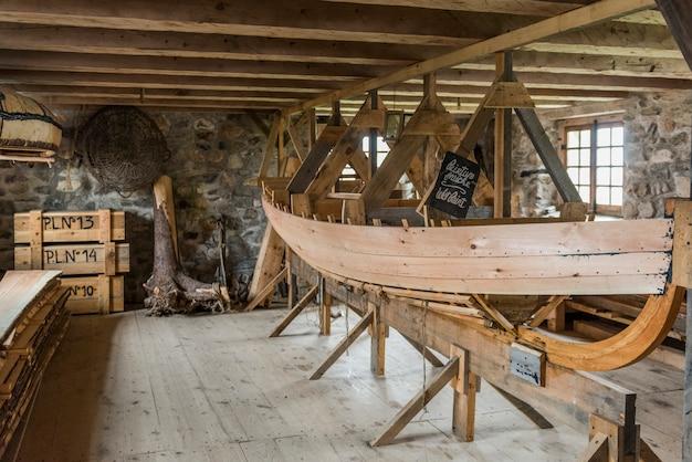 Drewniana łódź robi w warsztacie, forteca louisbourg, louisbourg, przylądek bretońska wyspa, nowa s