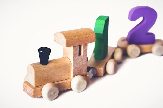 Drewniana lokomotywa dziecięca z kolorowymi cyframi, piękna zabawka edukacyjna dla dziecka. drewniany pociąg z zabawkami. drewniane zabawki edukacyjne.