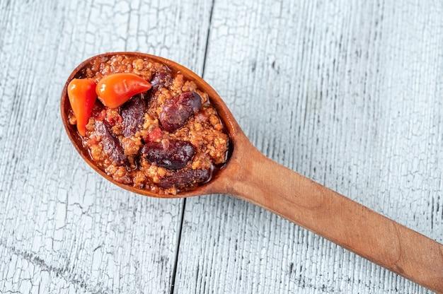 Drewniana łyżka chili con carne z bliska