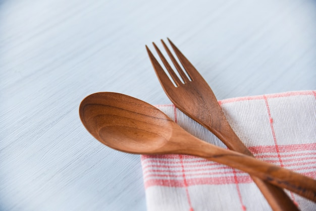 Drewniana łyżka i widelec przybory kuchenne ustawione na serwetce na stole - zero odpadów zużywa mniej plastikowej koncepcji
