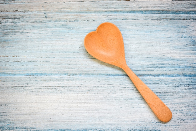 Drewniana łyżka na drewnianej stół ścianie, odgórny widok - kawowej łyżki kierowy kształt, miłość zdrowie lub miłość kulinarny pojęcie